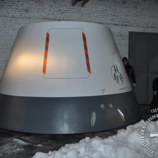 Новый экспонат ГМИК им. К.Э. Циолковского – полномасштабный макет космического корабля «Федерация», предоставленный РКК «Энергия»,  доставлен к месту временного хранения.