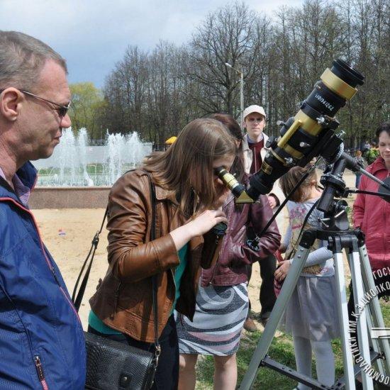 Посетители ГМИК им. К.Э. Циолковского наблюдают Солнце в телескоп.