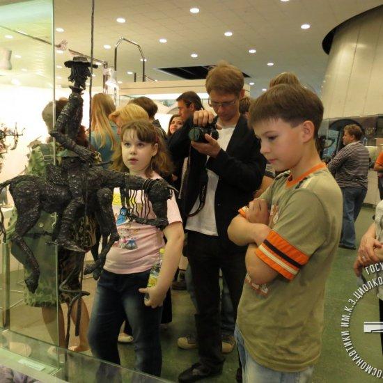 Посетители на выставке скульптурных композиций из металла А. Волкова «Полеты во сне и наяву».