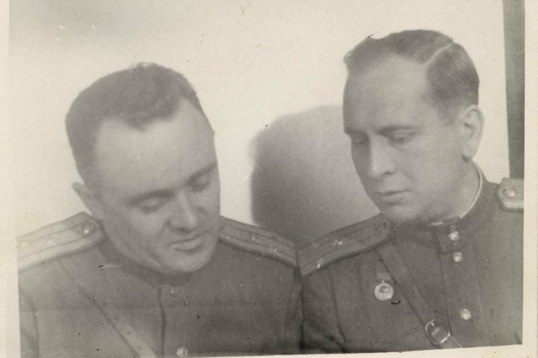 Ю.А. Победоносцев и С.П. Королев знакомятся с немецкой документацией по ракетной технике
