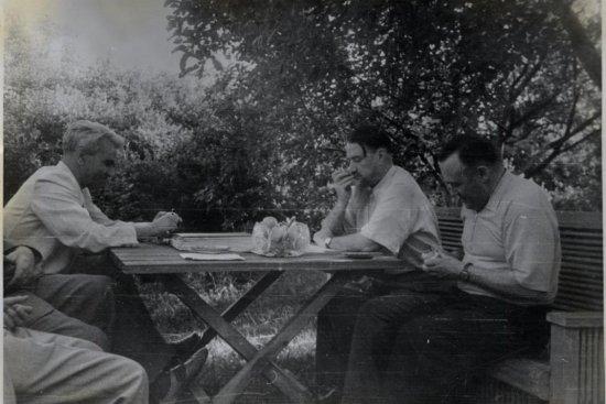 Академики М.В. Келдыш, И.В. Курчатов и С.П. Королев на территории Института атомной энергии