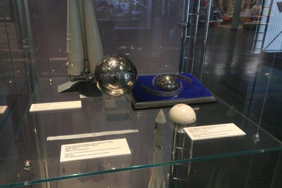 Копии сферического вымпела, доставленного на Луну автоматической станцией «Луна-2»