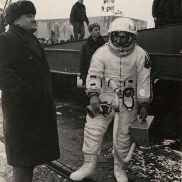 С.П. Королев и летчик-космонавт СССР П.И. Беляев, командир экипажа космического корабля «Восход-2», на стартовой позиции космодрома Байконур