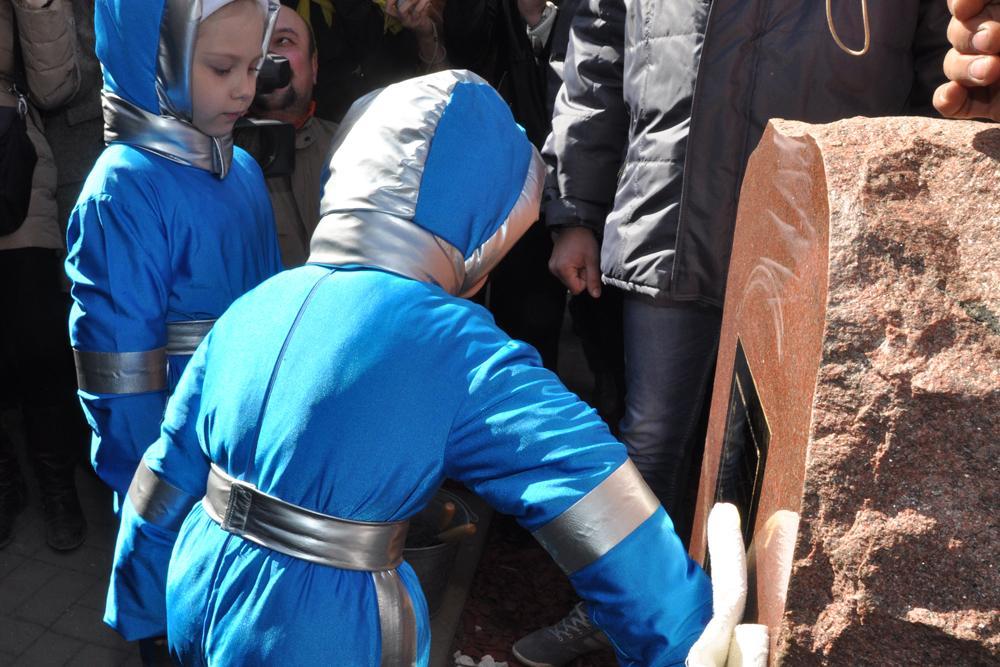 Воспитанники детско-юношеского центра космического образования «Галактика» помогают при закладке капсулы
