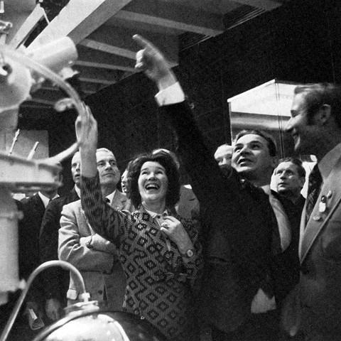 Ученый секретарь музея Н.Г. Белова с космонавтом Н. Кубасовым и астронавтом В. Брандом у станции «Луна-16»