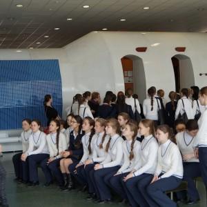 Воспитанницы пансиона кадетского корпуса на экскурсии в музее