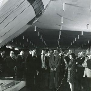 Ученый секретарь музея Н.Г. Белова с космонавтами и астронавтами программы ЭПАС у модели «ракеты Циолковского»