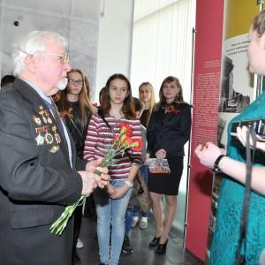 Экскурсию для первых посетителей проводит автор выставки Елена Герасимова