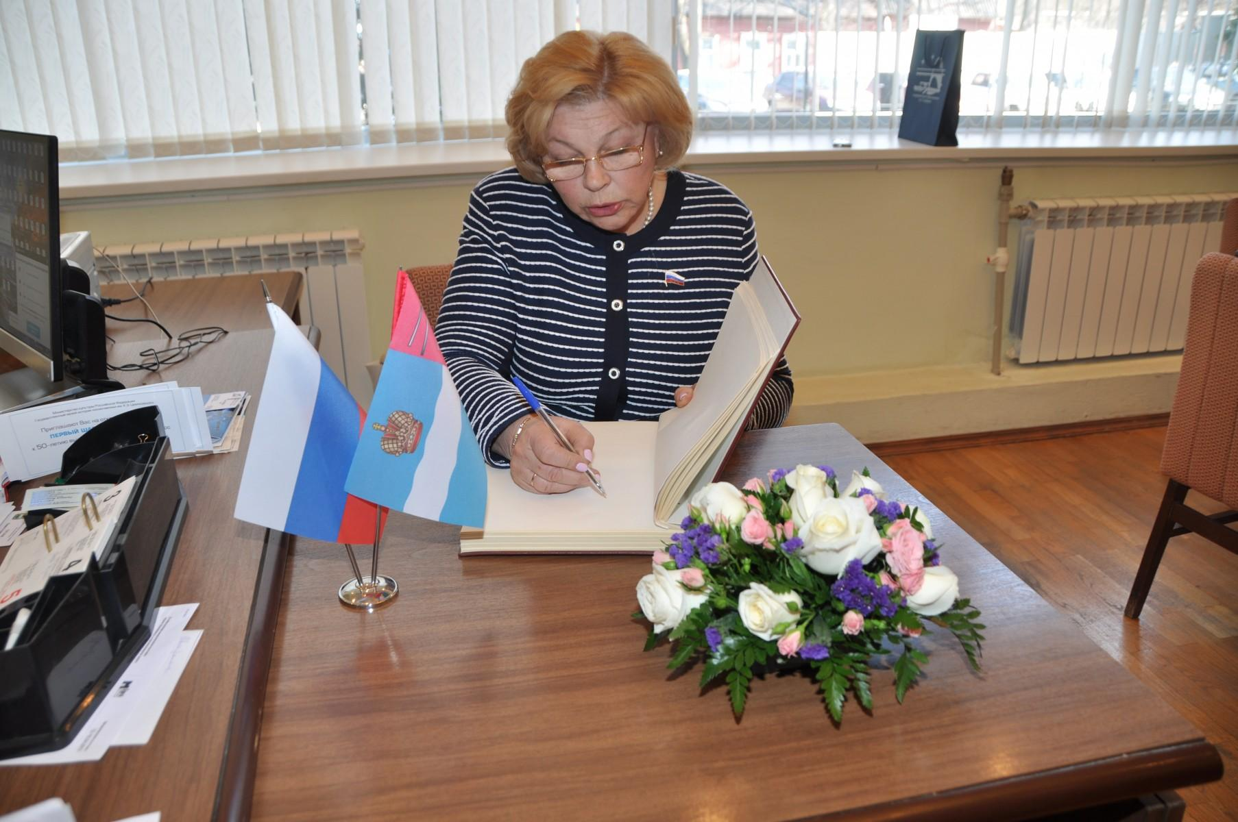 Первый заместитель председателя Комитета по культуре Государственной Думы Елена Григорьевна Драпеко — гость музея. 8 апреля 2015 года