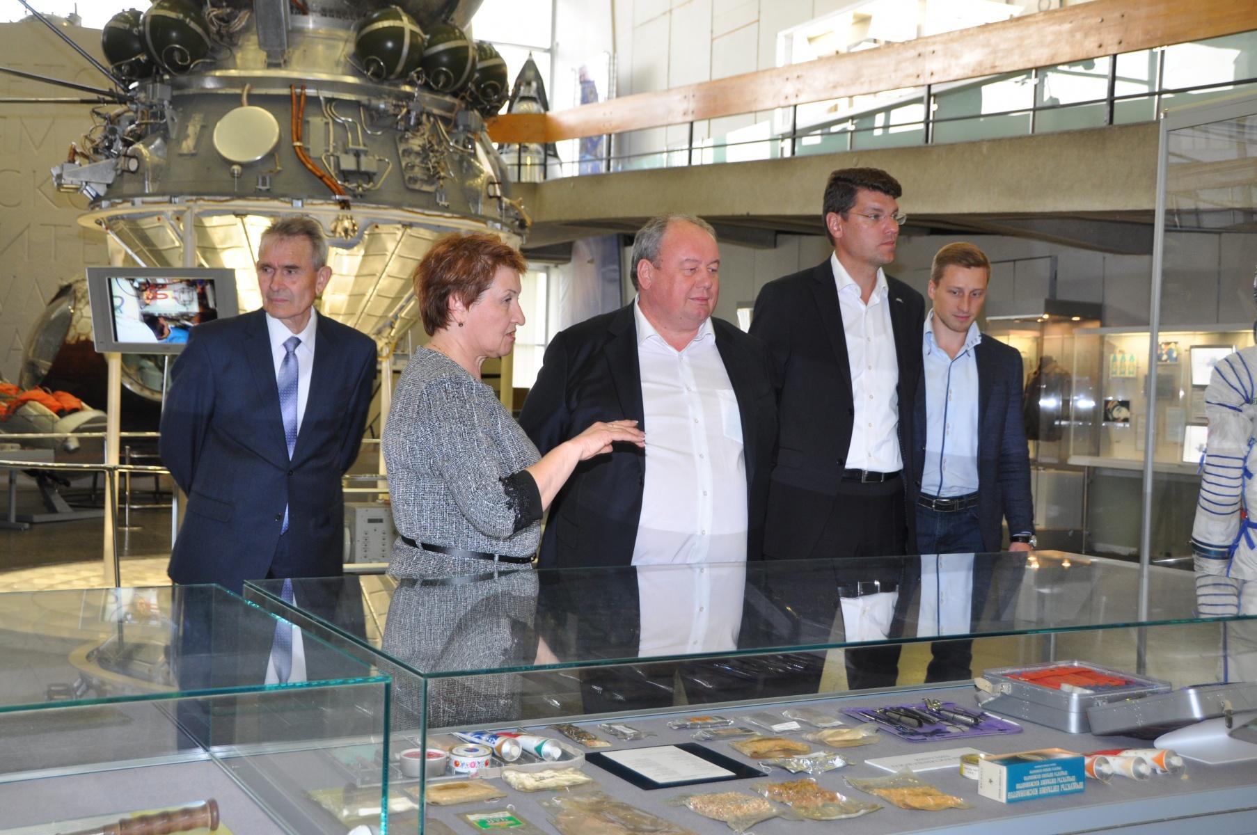 Делегация Объединённой ракетно-космической корпорации в музее истории космонавтики