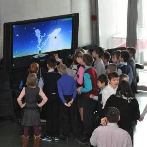 Юным посетителям музея нравится  изучать возможности интерактивной сенсорной панели