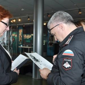 Антон Губанков изучает предложения музея истории космонавтики