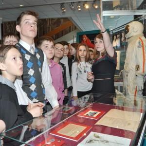 Заведующая отделом музея И.В. Селюнина проводит экскурсию по выставке