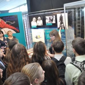 Экскурсию по выставке «Первый шаг во Вселенную» ведет автор И.В. Селюнина