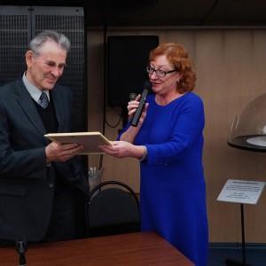 Н.А. Абакумова вручает Е.Н. Кузину Благодарственное письмо министра культуры РФ