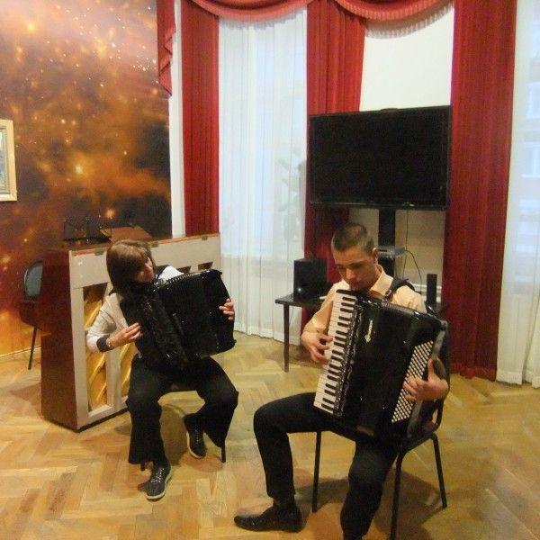 Аккордеонисты из Швейцарии и России зажигательно исполняют аргентинское танго