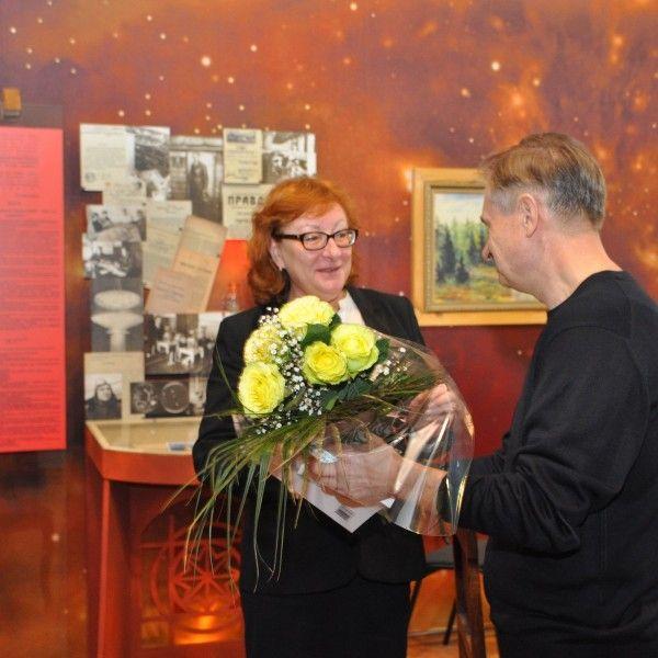 Г. Ловецкий поздравляет директора музея истории космонавтики Н. Абакумову