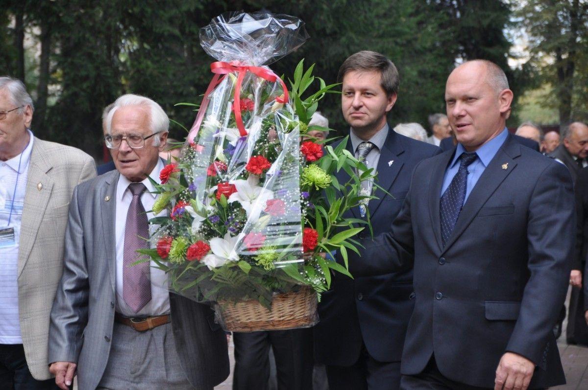 Почетные гости Чтений возложили венок к могиле К.Э. Циолковского