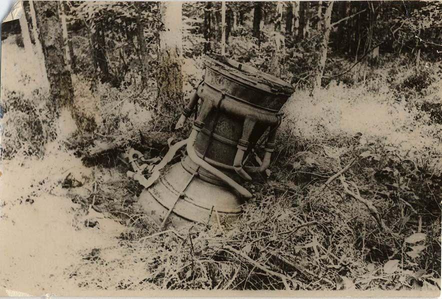 4.Двигательная установка ракеты ФАУ-2 в лесу.