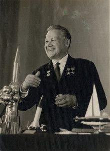 В.Н. Челомей принимает поздравления с 70-летием
