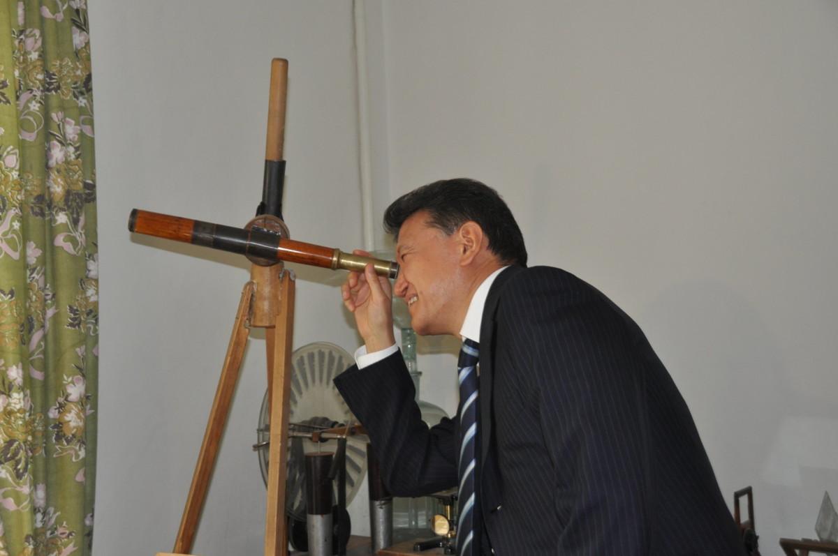 Президент ФИДЕ Кирсан Илюмжинов в Мемориальном Доме-музее К.Э. ЦИолковского