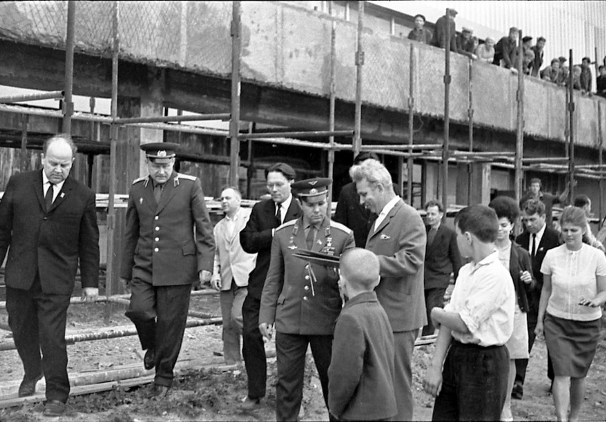 Ю.А. Гагарин знакомится с ходом строительства. Калуга, 31 мая 1966 года
