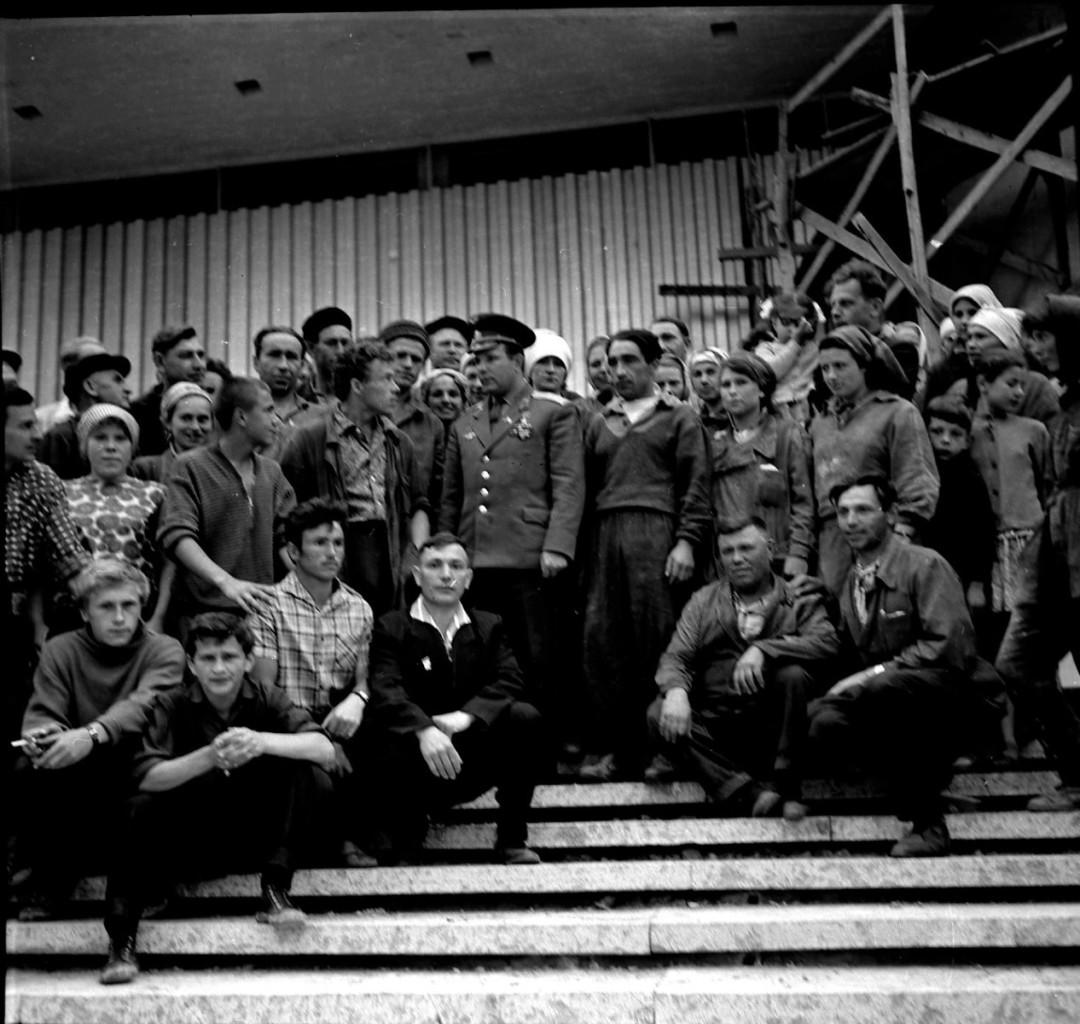 Ю.А. Гагарин со строителями музея. 31 мая 1966 года