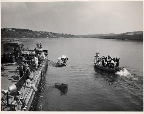 На съемках фильма «Человек с планеты Земля». Сцена массового гуляния на реке. Калуга, 1958 г. ГМИК.