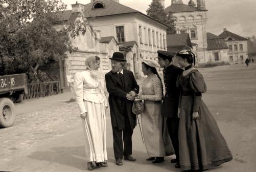 Артист Г.И. Соловьев (первый исполнитель роли К.Э. Циолковского) с членами съемочной группы фильма «Дорога к звездам». На заднем плане - церковь Покрова на рву. Калуга, сентябрь 1957 г. ГМИК.