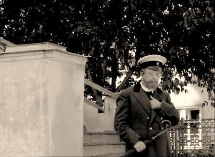 Художественный фильм «Дорога к звездам».  Г.И. Соловьев в роли К.Э. Циолковского возле церкви Георгия за верхом. Калуга, сентябрь 1957 г. ГМИК.