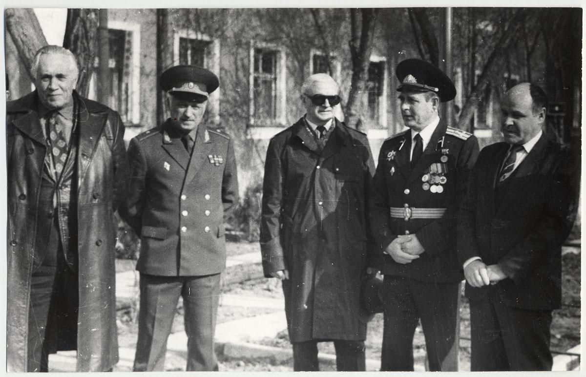 Главные конструкторы космической техники Бармин В.П. ( 1-й слева направо) и Глушко В.П. (3-й слева направо) на космодроме Байконур.