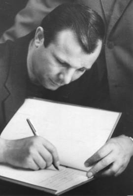 Ю.А. Гагарин оставляет запись в книге посетителей Дома-музея К.Э. Циолковского.