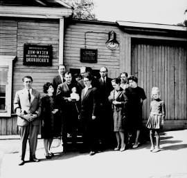 Ю.А. Гагарин после посещения Дома-музея К.Э. Циолковского.
