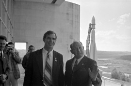 Летчик-космонавт СССР А.А. Леонов и астронавт США  Д. Скотт на балконе музея. Фото С. Денисова. 23 июня 1973 г.