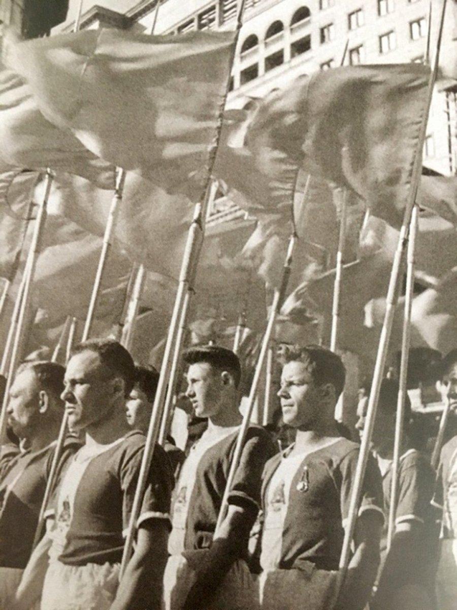Студенты-физкультурники  готовятся пройти по Красной площади. Москва. 1930 гг.