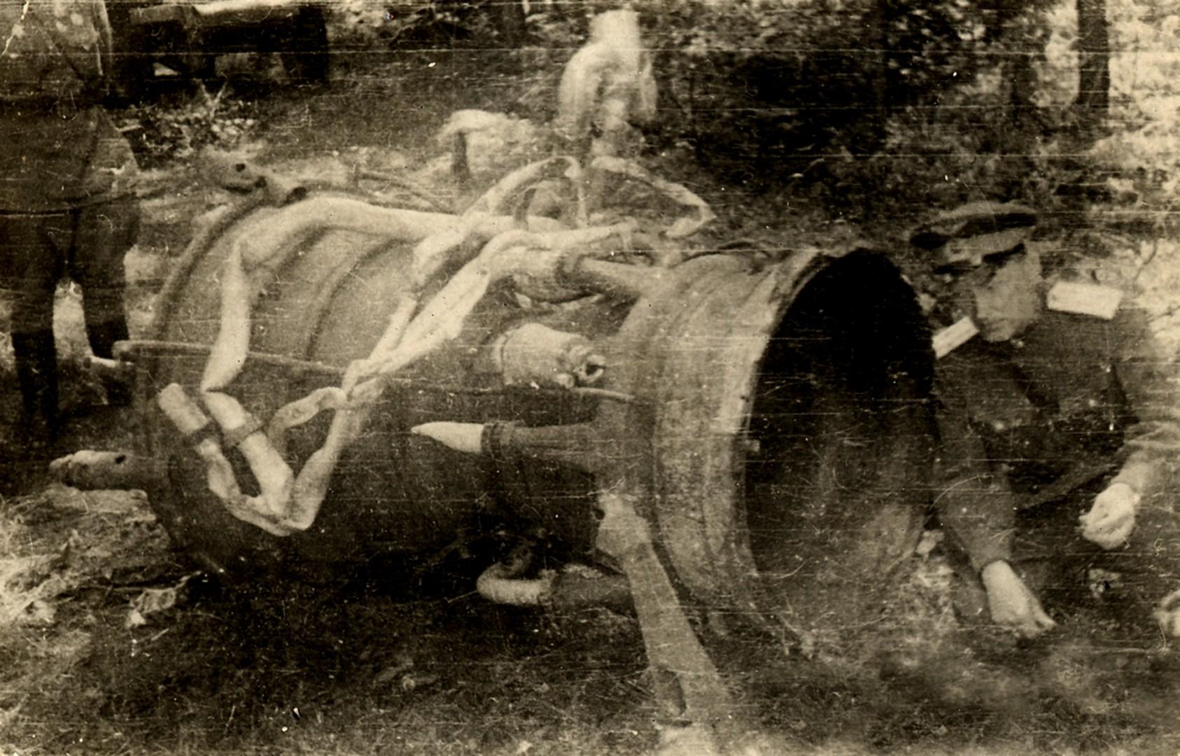 М.К. Тихонравов с фрагментом двигательной установкой ракеты А-4 («Фау-2»).