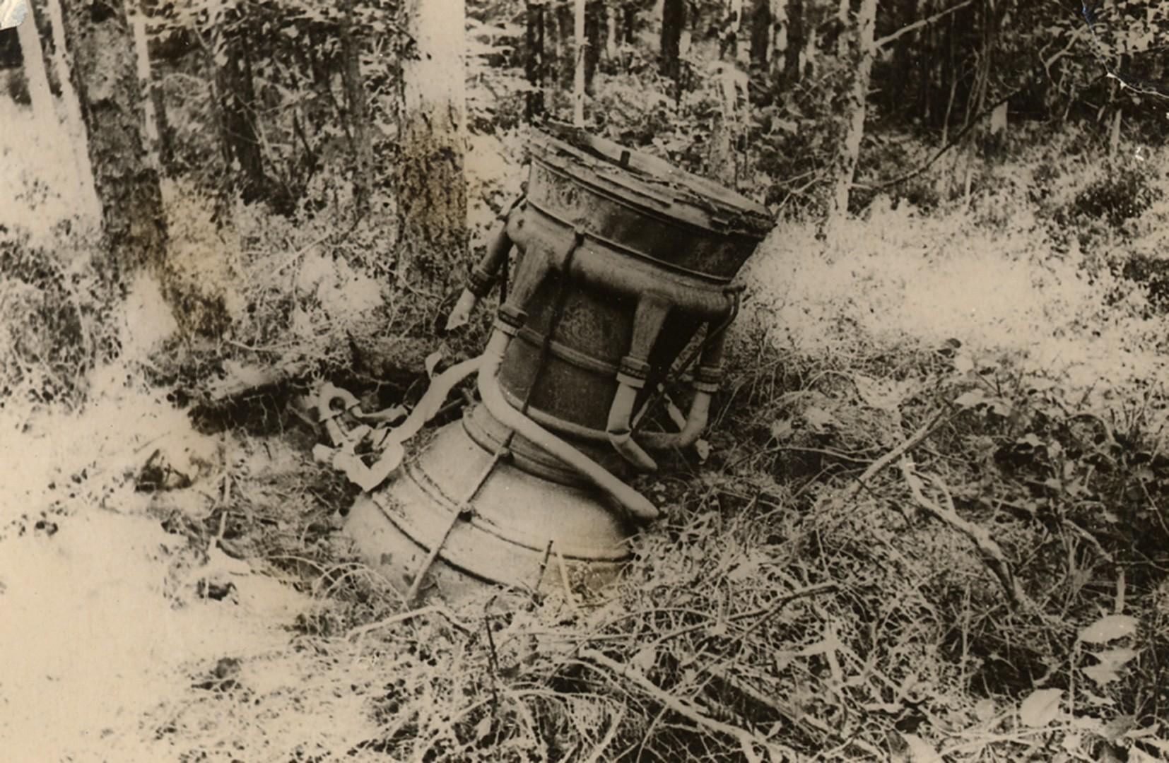 Двигательная установка ракеты А-4 («Фау-2») в лесу. Фото Ю.А. Победоносцева Польша, Дебице. 1944 г.