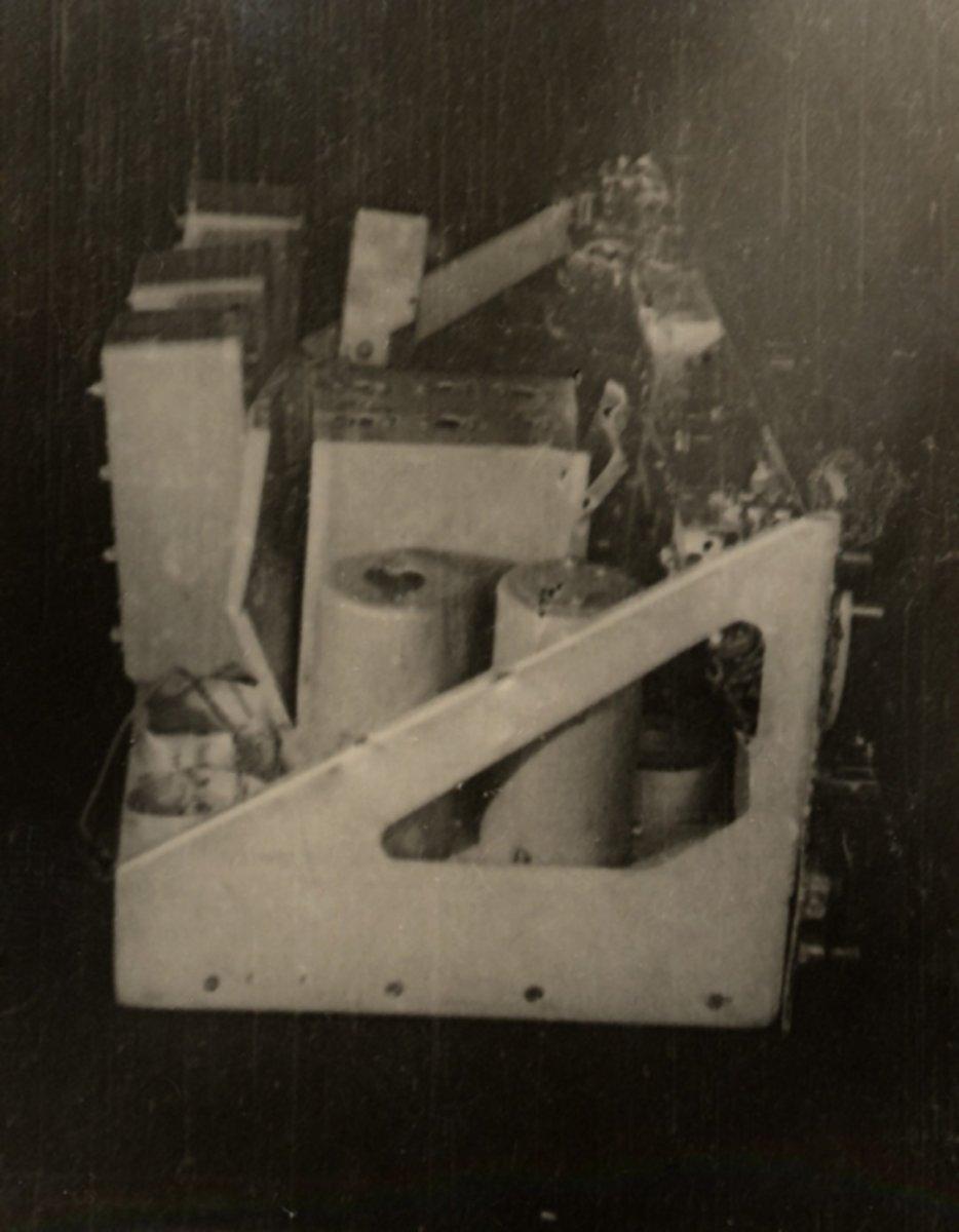 Один из приборов системы радиоуправления курсом ракеты А-4 («Фау-2»). Вид спереди. Фото Ю.А. Победоносцева. Польша, Дебице. 1944 г.