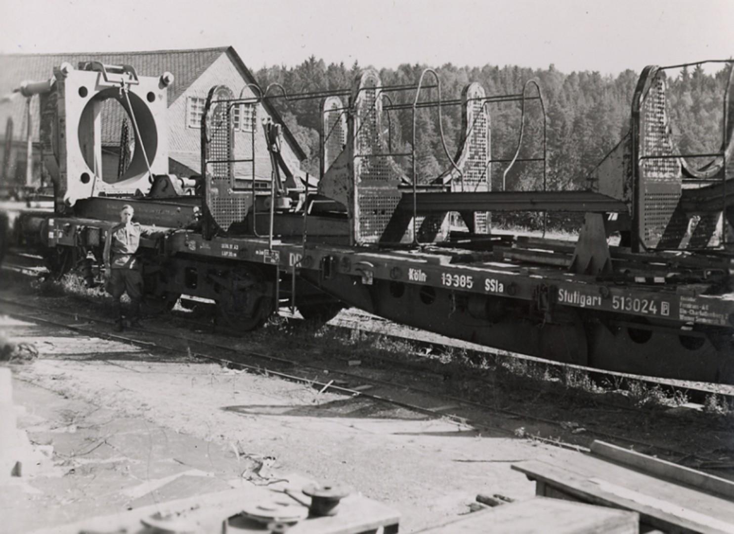 Специальный поезд с железнодорожным установочным агрегатом ракета А-4 («Фау-2»). Фото Ю.А. Победоносцева. Германия, 1945-1946 гг.