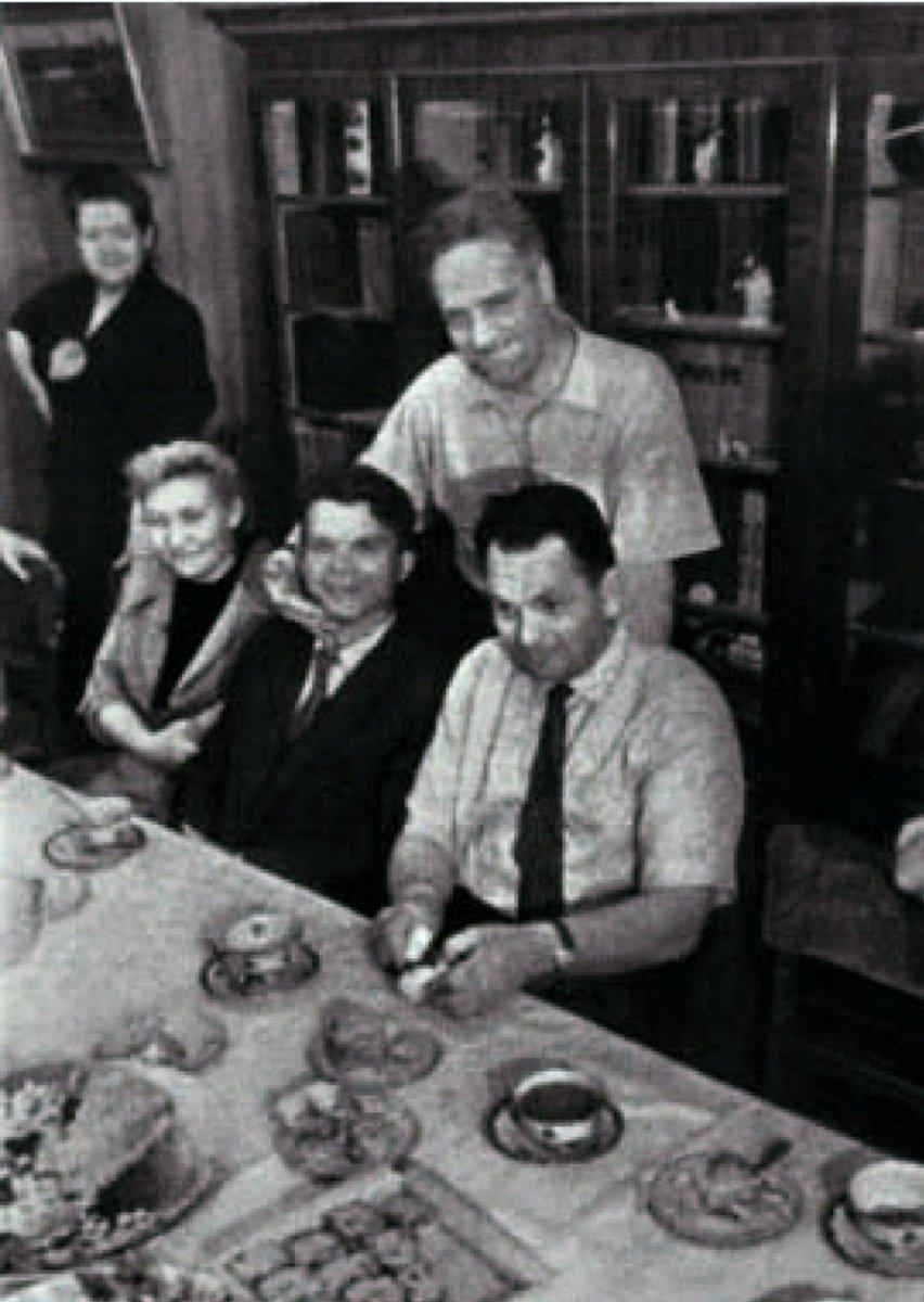 Заместитель С.П. Королёва В.П. Мишин (сидит справа) в доме Пилюгиных.