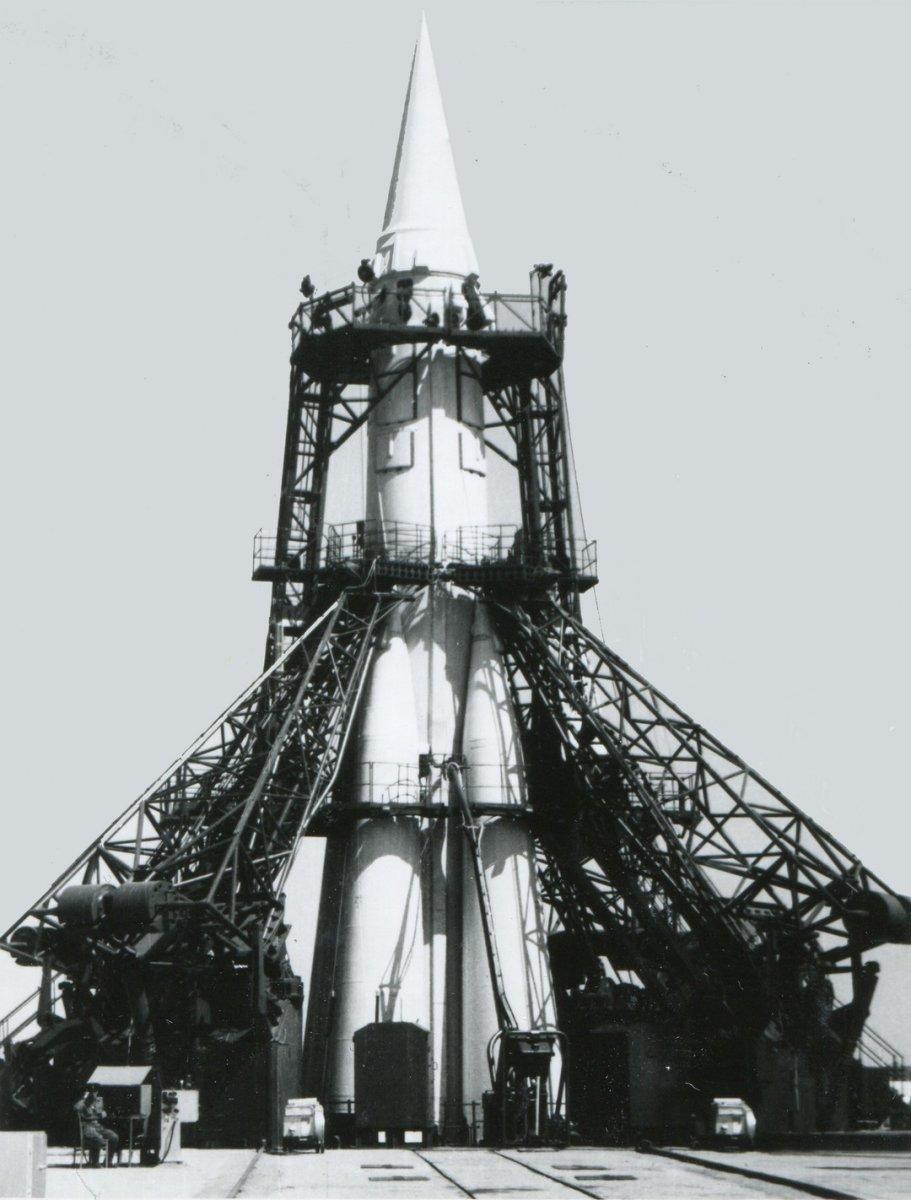 Ракета Р-7 на стартовой позиции.
