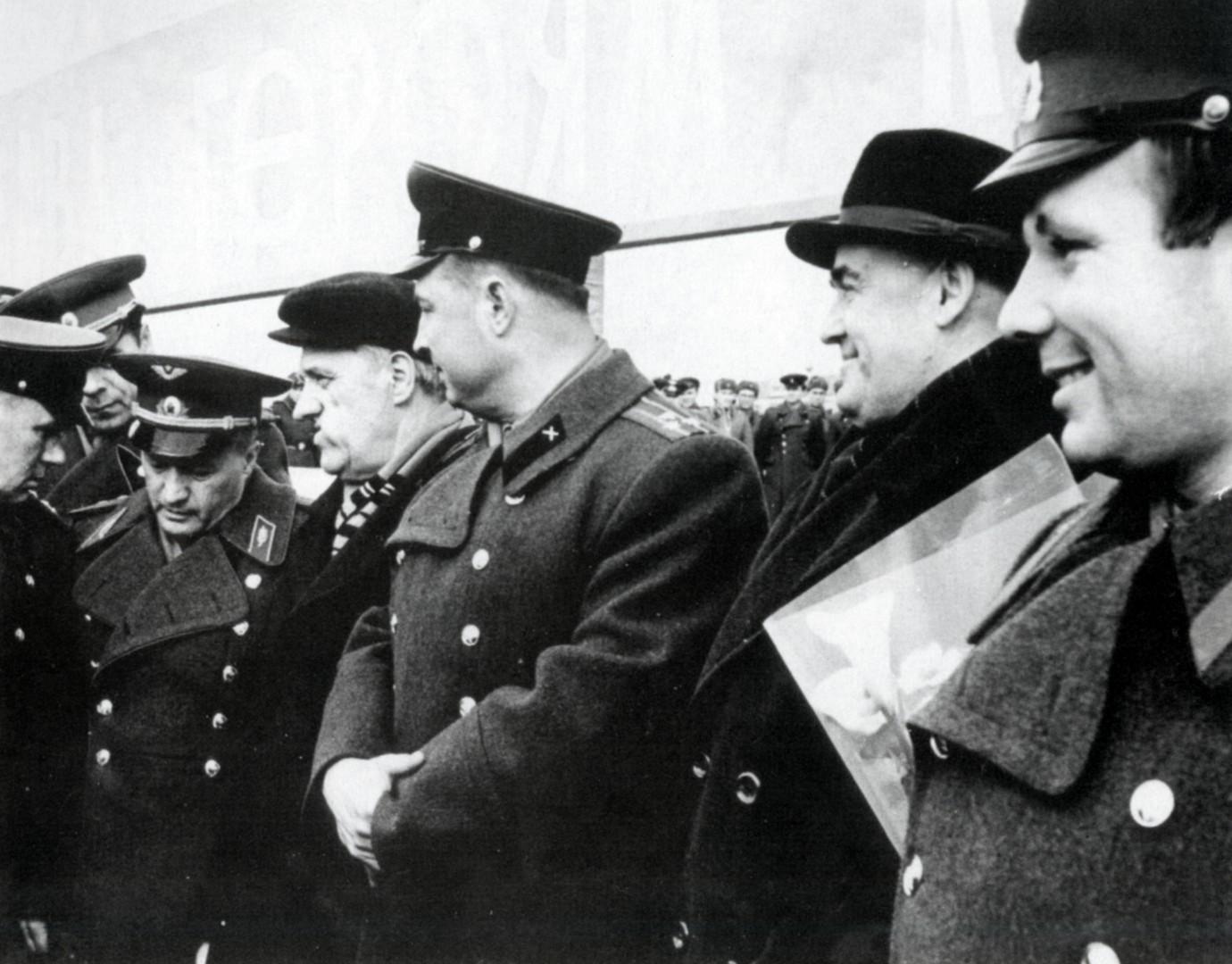 Справа налево: лётчик-космонавт Ю.А. Гагарин, главный конструктор  С.П. Королёв, начальник космодрома А.Г. Захаров, руководитель НИИ-885 Н.А. Пилюгин, директор НИИ-88 Ю.А. Мозжорин. Космодром Байконур. 1961 г.