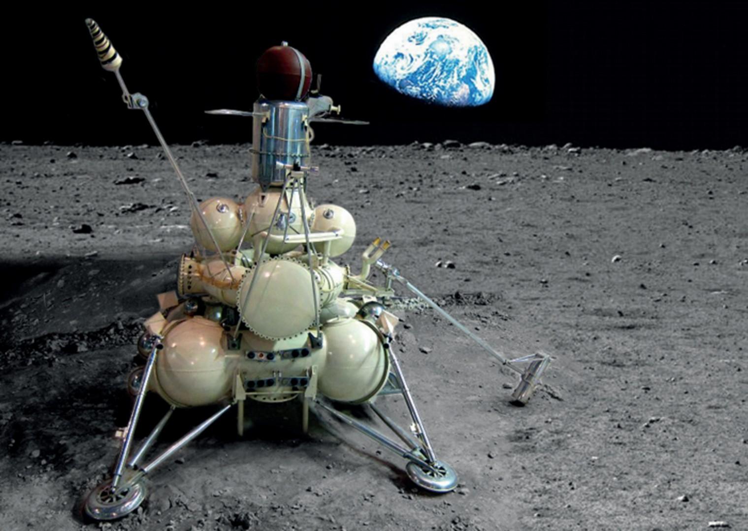 АМС «Луна-16» , осуществившая забор лунного грунта.