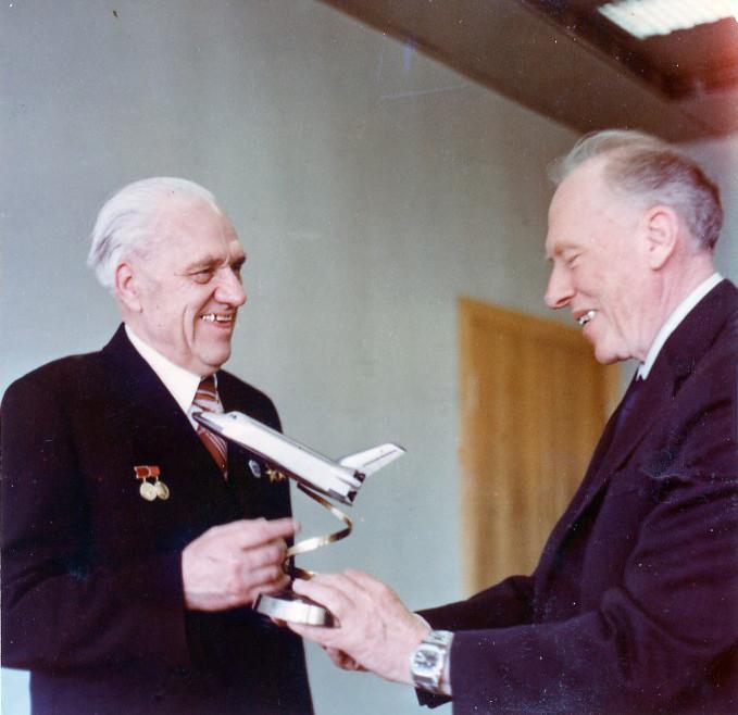 Главные конструкторы орбитального корабля «Буран» Н.А. Пилюгин и Г.Е. Лозино-Лозинский. 1978 г.