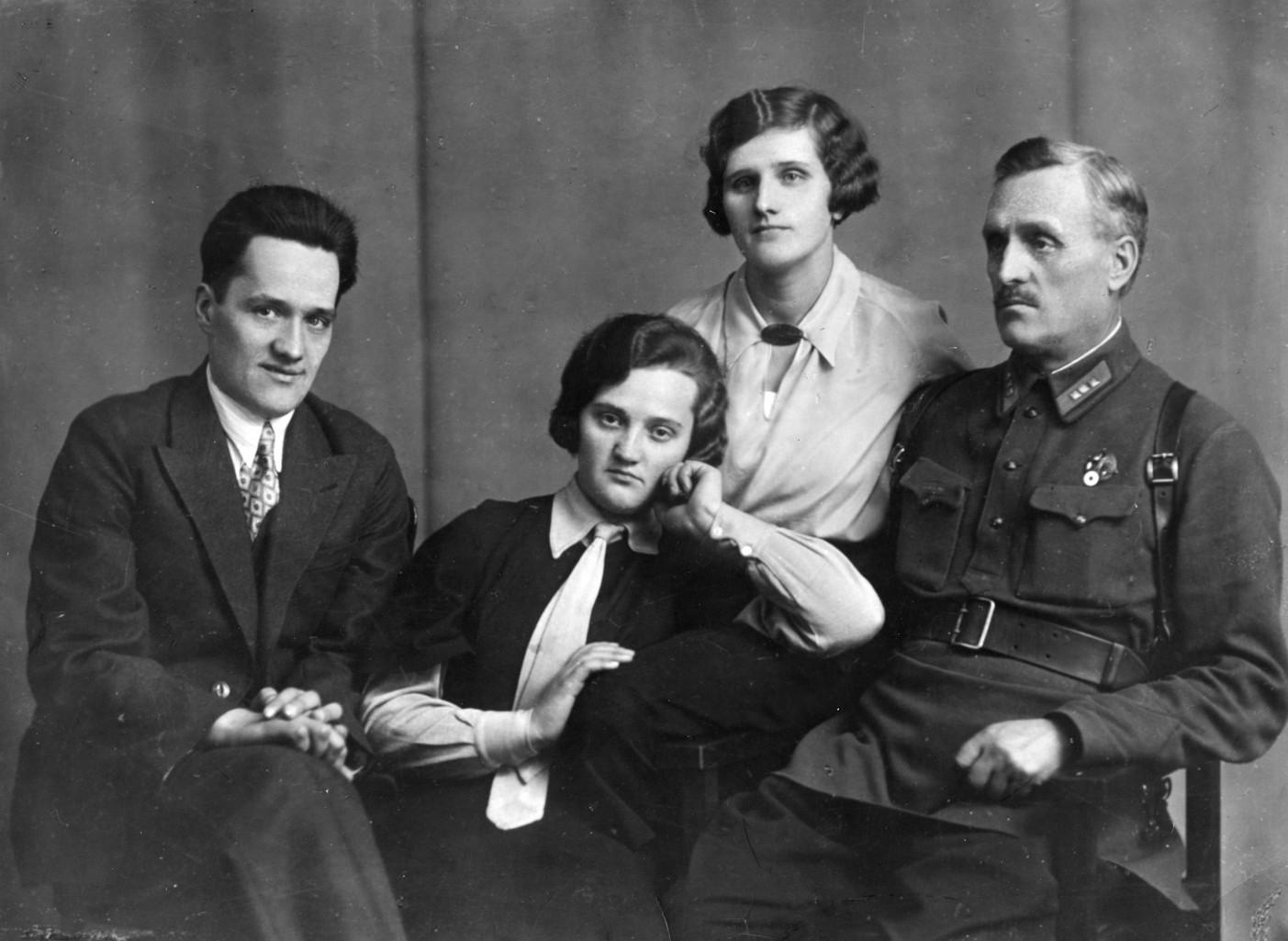 Николай Пилюгин с отцом и сёстрами. Москва. 1932 г.