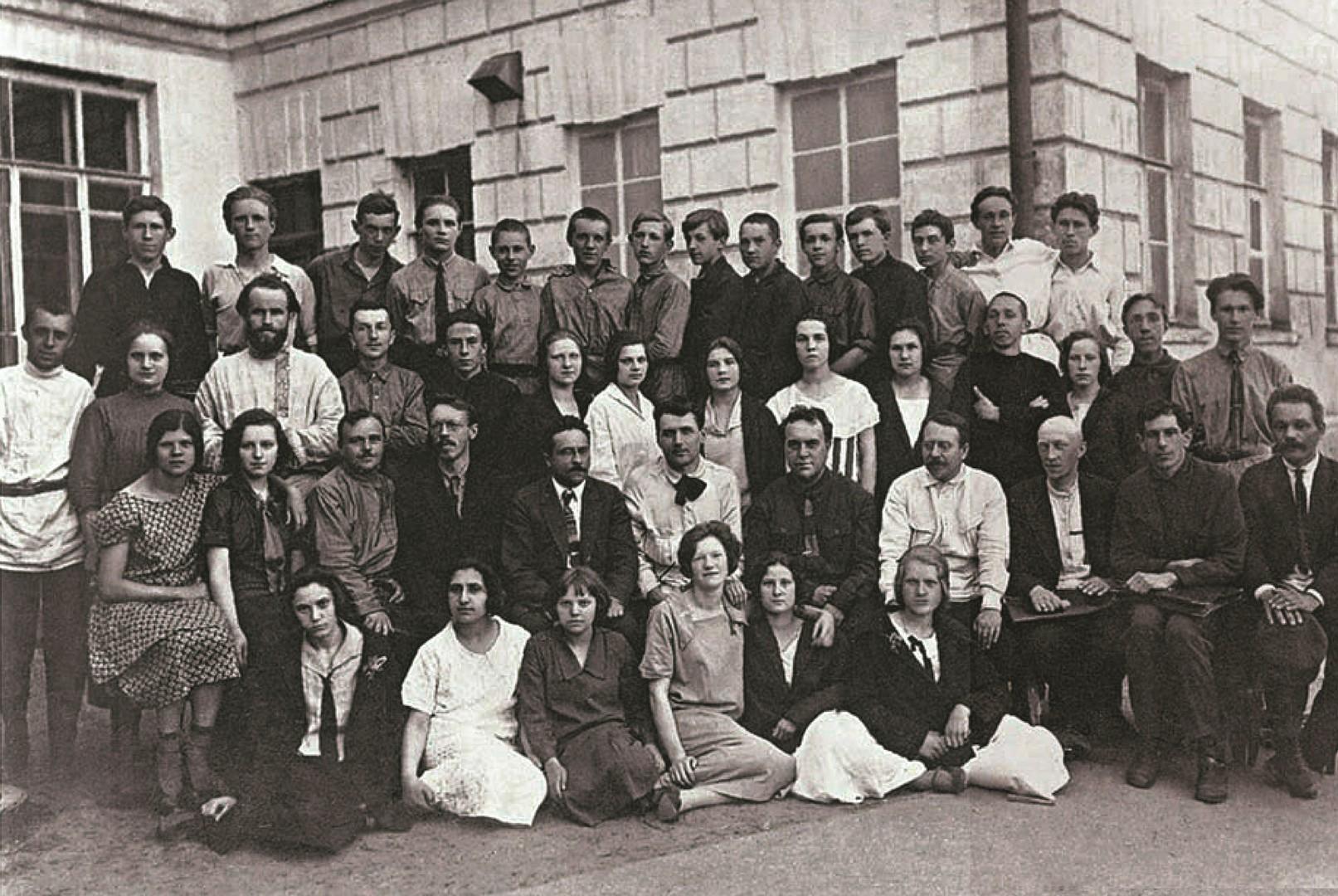 Николай Пилюгин (в верхнем ряду второй слева) с учителями и одноклассниками. Москва. 1925-1926 гг.