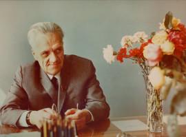 Н.А. Пилюгин за рабочим столом.