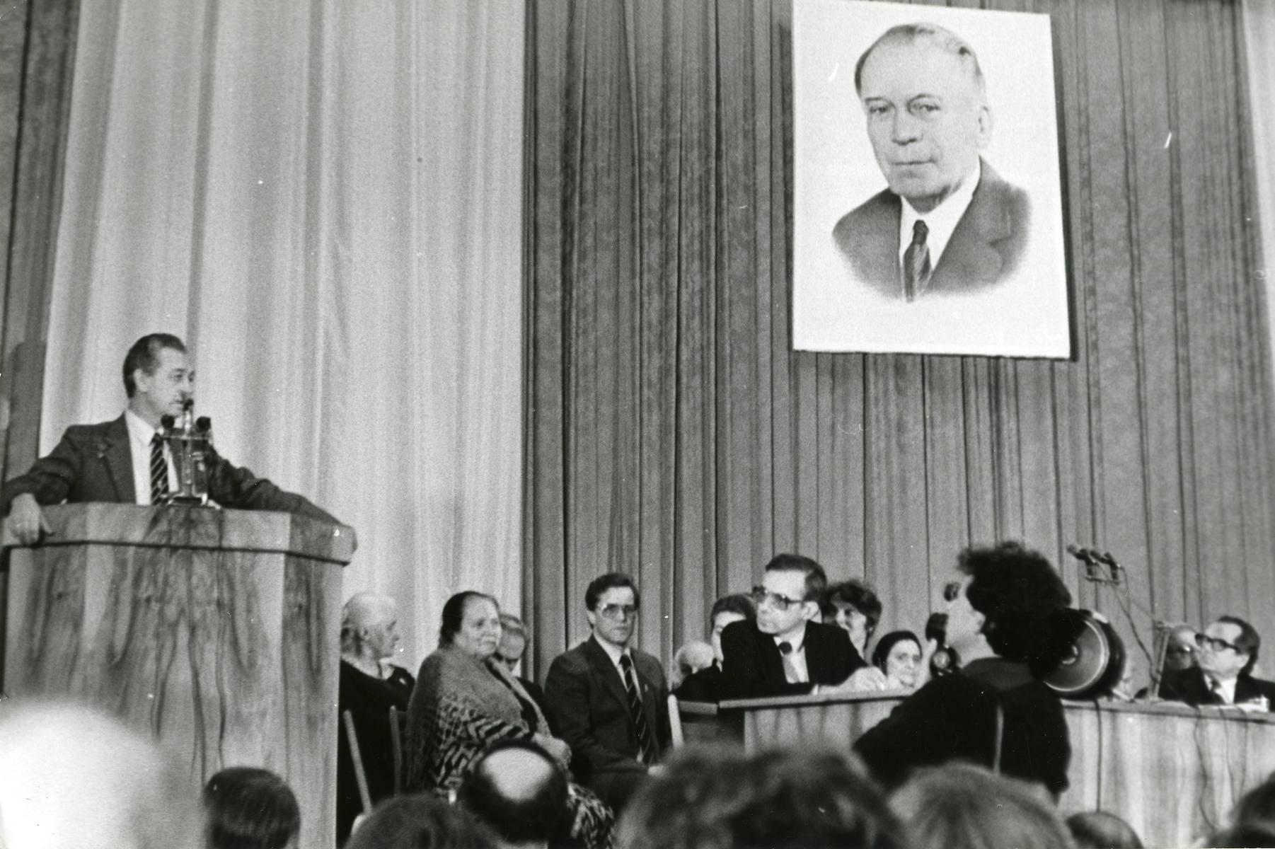 Летчик-космонавт В.И. Севастьянов выступает на вечере памяти А.Л. Чижевского 18 марта 1989 г.