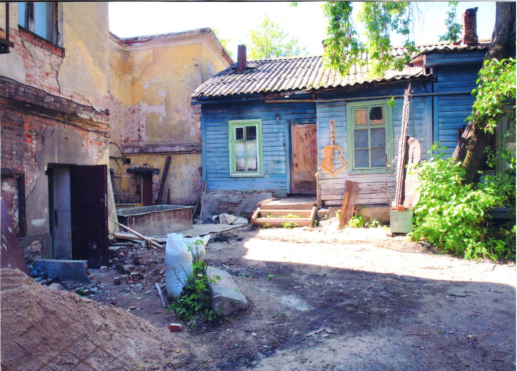 Вид дома со двора с соседним домом