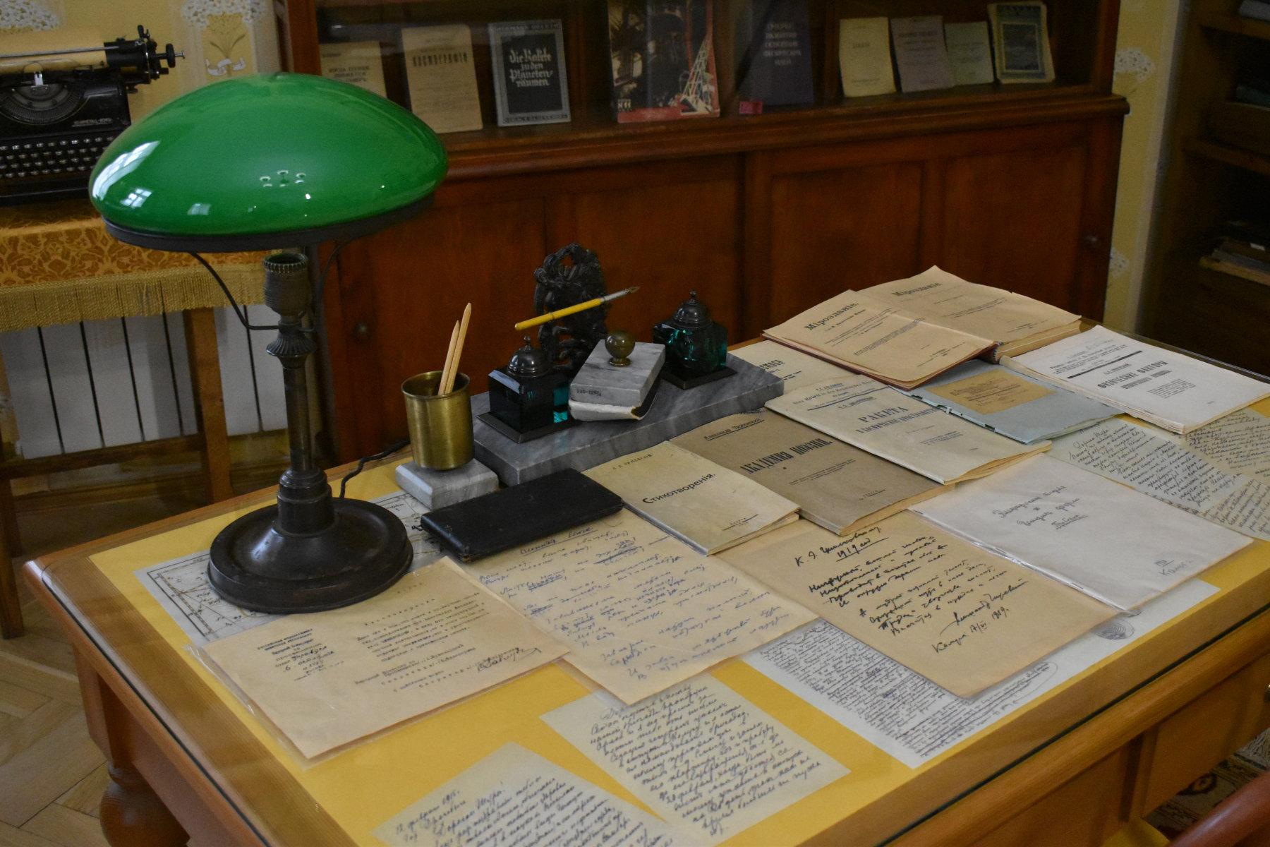 Письменный стол в комнате Александра Чижевского